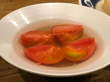女性に人気のトマトのおでん。さっぱりした味はお代わりしたくなるほど。トマトの色が映える淡色のお出汁もキレイですね。