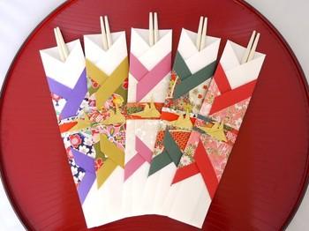 箸袋は、簡単なデザインなら1分や2分程度で折ることができます。なんだか難しそう……なんて思っている方は、箸袋の出番の多い年末年始にぜひ挑戦してみてくださいね。綺麗な柄の折り紙があるけど使い道がない時などにもおすすめです。