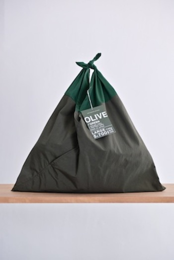 袋部分には丈夫なナイロンを、持ち手部分は結び易さや持ちやすさを考え、ツイルコットンを使用しています。ツートンのカラーも素敵ですね。