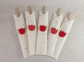 紅白の箸袋は新年の華やかさを感じます。赤い小さな水引が可愛らしいですね。