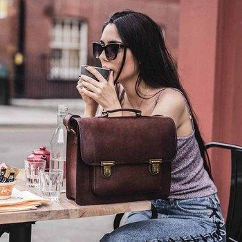 持つだけでなんだか絵になる、ブリーフケーススタイルのバッグ。 こちらもショルダーストラップがついているので、 肩からかけて使うとまた違った印象になりそうです。