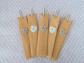 ナチュラルな雰囲気で可愛らしさと華やかさのある箸袋。水引も白で作ると、爽やかでお洒落です。