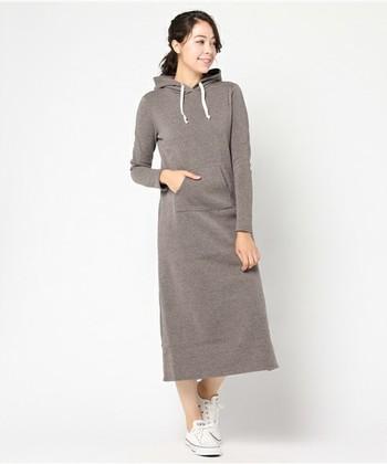 フードつきでカジュアルなマキシ丈ワンピースは、ルームウェアとしてもお出かけでも着られます。