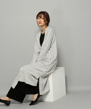 ロングカーディガンは、肌寒い室内で活躍します。さっと羽織ることができて便利ですよ。