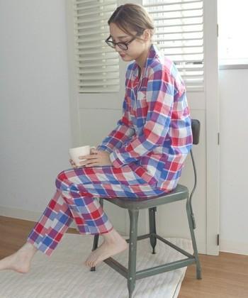 ベーシックな形とチェック柄が可愛いパジャマです。薄手ながらもあたたかみのある素材なので、秋冬でも着られます。