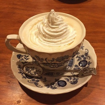ウインナコーヒーにたっぷり盛られたホイップクリームが雪山のよう。
