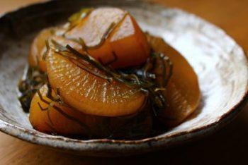 【お母さんの味を思い出す「大根と切り昆布の煮物」】  子どもの頃から慣れ親しんでいる味は、大人になっても食べたくなりませんか?大根と切り昆布の甘辛煮は、そんな1品です。このレシピでは、大根の下茹では必要ないのでお鍋ひとつで作れます。柔らかくて甘みがある冬大根のおいしさをしみじみ味わいたくなりますね。