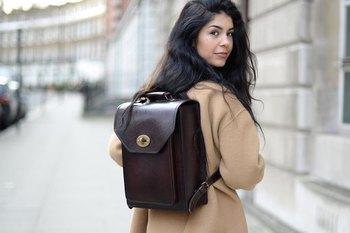 リュックもOKな職場であれば、こんなクラシカルなバッグで通勤はいかが? トラッドなコートやジャケットと合わせれば、よりクールに着こなせそう。 ストラップを外して使うこともできます。