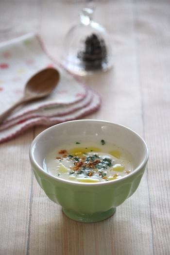 【朝食に食べたい「カブのポタージュ」】  カブのやさしい味を生かしたポタージュは、冬の朝食にいただきたい1品。牛乳や生クリームが入っているので、体が温まりますね。お鍋で煮てからミキサーやブレンダーでなめらかにするとまろやかなポタージュに。ぽってりとしたカップによそうと、おしゃれ感アップです。