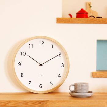 こちらはナチュラルな木のフレームにほっこりする掛け時計です。広いスペースがあれば置き時計としても使えそうですね。分単位の目盛がなく、時計の針は細く、秒針もありません!無駄をそぎおとした、潔いデザインが素敵です。数字のフォントもシンプルに工夫されていますので、離れたところからも見やすいんですよ♪