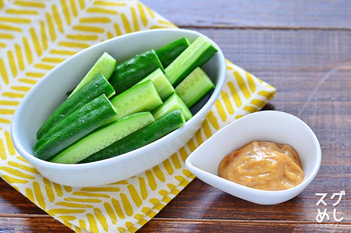 ■ きゅうりのごま味噌マヨネーズ こちらは特製ディップがポイント!どんな野菜にも合う優れものです。マヨネーズと味噌とすりごまを混ぜるだけ。すりごまが無くてもOKです。きゅうり、人参、大根、セロリ、アスパラ、ブロッコリーなどなど、季節の野菜に付けると美味しく頂けます。
