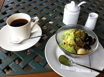 「抹茶アイスと花豆の甘煮の黒みつがけ」。コーヒーは「トラジャマイルド」。