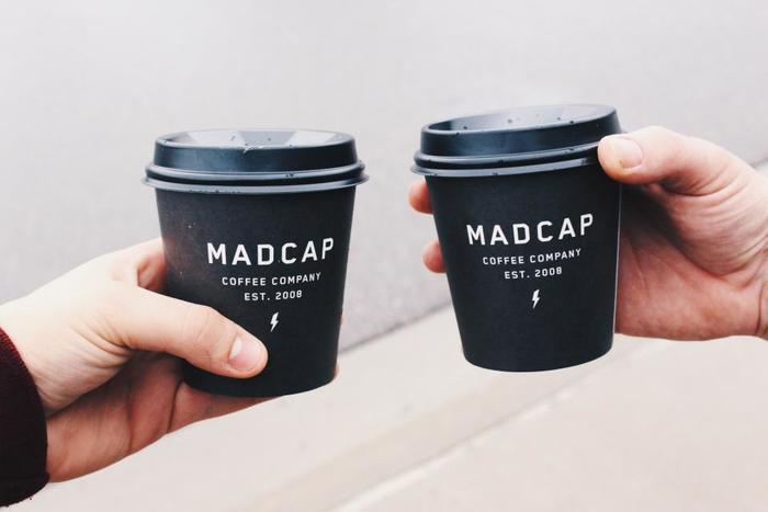 テイクアウトでも多く利用されるペーパーカップのデザイン性が高いというのもコーヒースタンドの特徴です。