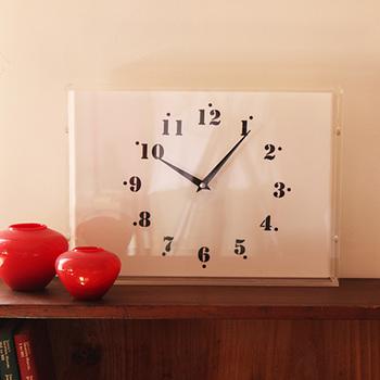 こちらの2WAY時計は、フレームのような長方形のフォルムが印象的。透明感のある洗練されたイメージの時計は、お部屋を上質な雰囲気に演出してくれます♪カジュアルさを感じる数字フォントがほどよいぬけ感に。