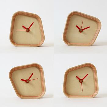 こちらの時計、縦横どちらにも置けちゃうんです♪「あれ、今って一体何時?」なんて時もあるかもしれません。こんなユニークなアイテムで、いつもより時間をおおらかに感じてみませんか?