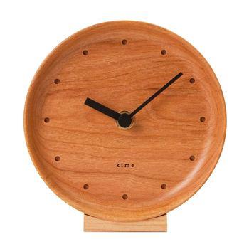 木のお皿に針が付いたようなナチュラルでこじんまりとした時計は、使うほどに愛着が湧いてきそう。台座付きだからそのままテーブルにちょこんと飾ったり、書斎のデスク周りなどの小さなスペースにもいかがでしょうか♪掛け時計として使えるのも嬉しいポイント!