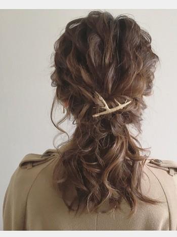 髪全体をふわふわに巻いて、サイドを編み込んだハーフポニーテール。ふんわりボリューム感が秋冬コーデによく似合います。