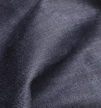 糊のついた未洗いの状態のジーンズを「ノンウォッシュデニム」や「リジットデニム」といいます。きれいなつやとハリ感が魅力です。