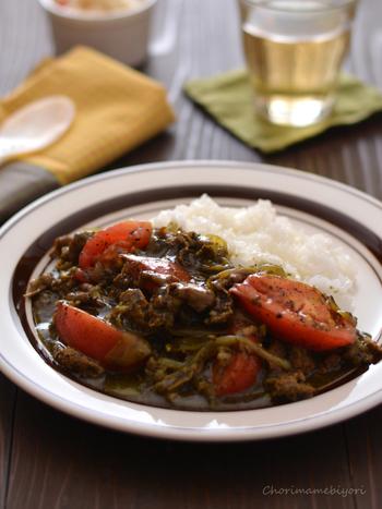 鍋で煮込まずフライパンで煮るだけなので、一人分から作れるお役立ちレシピ。ルーの黒色の正体は、黒すりごま。お家にストックしている黒すりごまを加えるだけで、見た目も味わいも全く違うカレーができあがります。ごまとカレー粉の香りが、食欲をそそりますよ♪