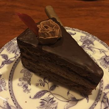 クリームのバラが載せられたチョコレートケーキ。