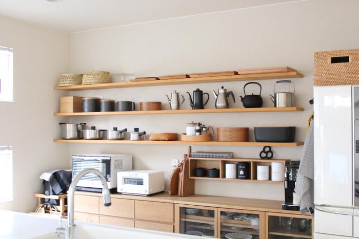 帰ったらすぐに食事の準備、という方も多いのでは。目に見える場所、特にキッチンはすっきりと片付けておきたいですね。リズム感のある収納にすれば気分も軽やかに。
