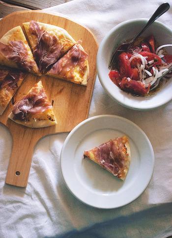 ソースを使わない、シンプルなピザ。生ハムの塩気がほどよく、とても美味しいですよ。