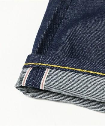 ビンテージ風なきれいめデニムは、旧式の機械で織られた「セルビッチデニム」を使用していることが多く、その特徴は折り返した時にこのように端に耳ができるのが特徴です。