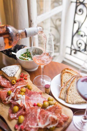 生ハムがある食卓はなんだか豪華でお酒を楽しみたくなってしまいます。週末やお休みの日に、ちょっと贅沢な生ハム料理を楽しんでみてはいかがでしょうか?
