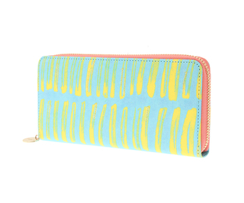 ファスナーは淡いピンク、内側は前出のミニ財布と同じライトブルー。