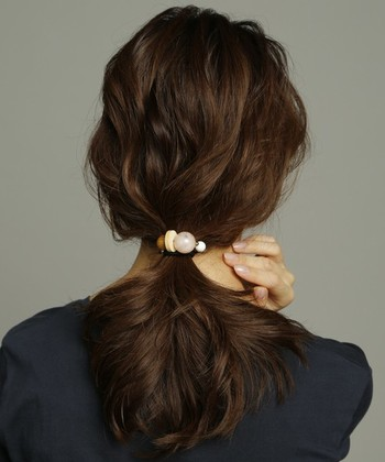 パールやビジューなどポイントのあるヘアアクセサリーを使えば、シンプルなローポニーテールもおしゃれに見えます♪