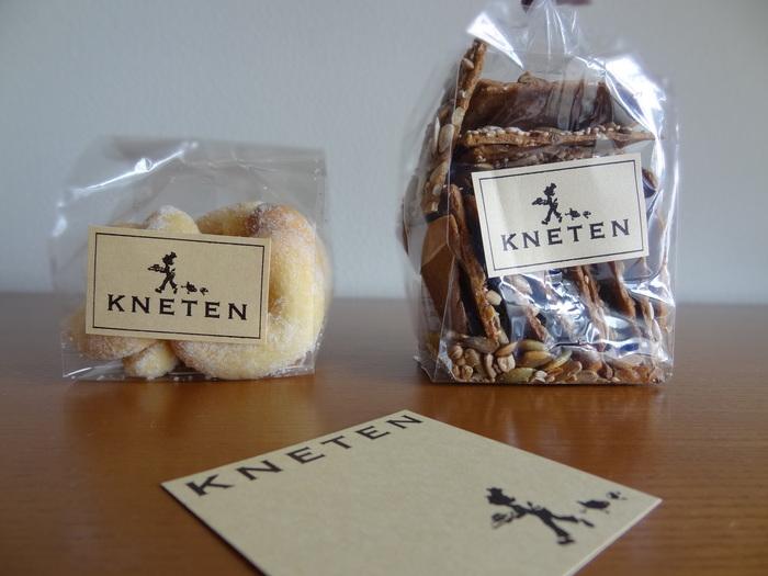 小麦粉や砂糖は北海道産、ココアやドライフルーツなどはオーガニックを使うなど、素材にとことんこだわっているのがクネーテンです。雑穀がトッピングされたクッキーは、噛むほどに素朴な味が口いっぱいに広がります。