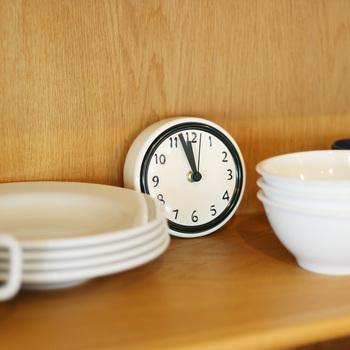 こちらも陶器で作られた時計です。食器と並べても違和感がないので、食器棚のインテリアなどにいかがでしょうか♪秒針も付いているので、料理のお供に調理時間をチェックするのも良いでしょう。