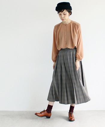 女性らしいコーデには、長め丈のプリーツスカートを。ニュアンスのあるシルエットで、やわらかな印象に仕上げてくれます。