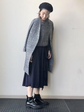 ミモレ丈のスカートに合わせて、大人のカジュアルコーデに。しっかりとグレンチェック柄が見えるコートは、シンプルなコーデをランクアップしてくれます。