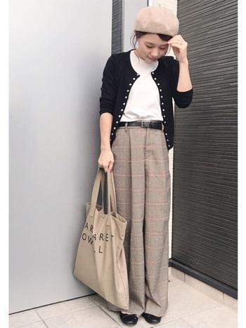 メンズライクなブラウンカラーのワイドパンツは、ハイウエストで女性らしく着こなして。コンパクトなカーディガンコーデにセンスを感じます。