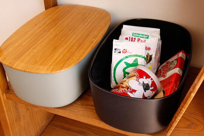 ストックしておきたい食材や、カラフルなキッチン雑貨はごちゃついて見えるもと。ポンポンと入れていくだけでお片付けが完了する、stelton(ステルトン)のブレッドボックスも便利です。