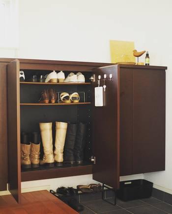 ゴミ出しのタイミングに合わせて下駄箱(シューズクローゼット)の掃除をすることで、履かなくなった靴の処分がスムーズに行えます。掃除した後は、しばらく扉をあけてしっかり換気しましょう。