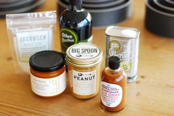 保存の効く瓶や缶入りの食材、調味料などは、普段のお買い物のときに少しずつ買いそろえておきましょう。年末のお買い物が楽になります。