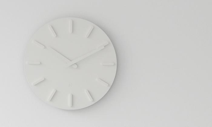 壁から浮き出たような静かな佇まいの掛け時計。全てを同系色でまとめて数字も秒針も使わない、シンプルを極めたデザイン性が際立ちます。シンプルに統一したお部屋の雰囲気をできるだけ壊したくない、という時にも良いですね。スタンド付きなので置き時計としても使えます。