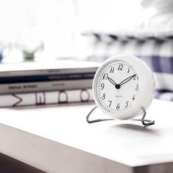 壁掛け時計を小さくして足を付けたようなアラーム付き置き時計です。時計の周りの空間が、ふんわり漂うような軽やかな雰囲気に♪お部屋のどこに置いてもマッチしそうですね。