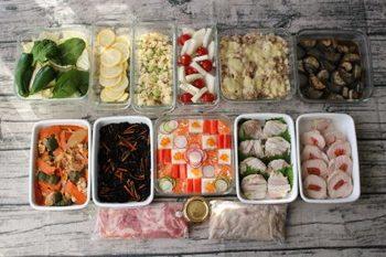 クリスマスパーティやおせち料理に使う食材を購入します。長期保存の効く食材や作りおきできるものから順に食材を購入し、調理&保存していくことで、効率よく冷蔵庫の野菜室や冷凍室のスペースを使えます。