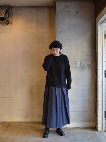 ブラックのセーターにネイビーのロングスカートのゆったリコーデは、ブラックの革靴を合わせてきちんと感をプラス。