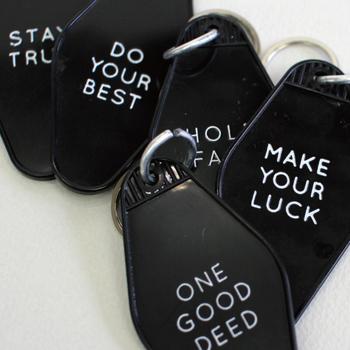 ホテルのキータグをモチーフにした「Goodlife Key Tags」。どこかレトロでクラシックな佇まいがおしゃれ。書かれているフレーズは19種類あるので、贈る相手にぴったりの言葉を選んでみては。