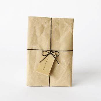特殊な破れにくい和紙でつくられたブックカバーです。SIWA|紙和(シワ)というブランドのもので、精製された和紙を丁寧に手作業で、縫い目が分かりにくいように縫製されています。和紙ならではのぬくもりが感じられる一品。