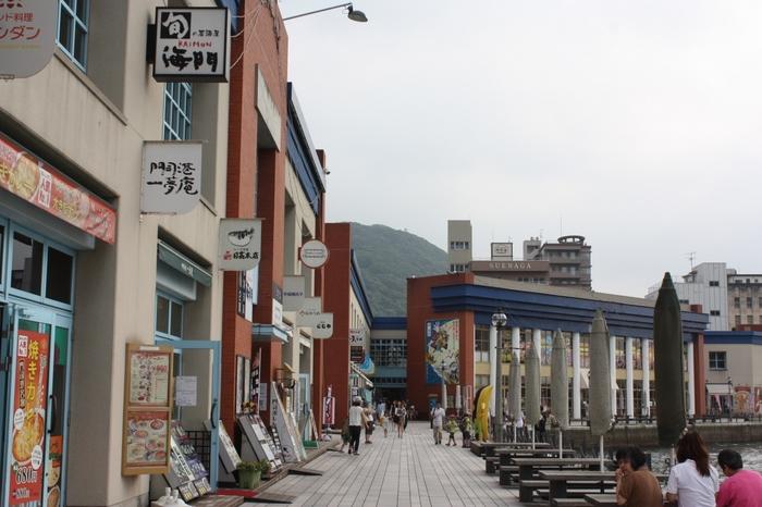 飲食店やお土産屋さんがずらりと並んだ「海峡プラザ」。門司港のお土産やお食事処・カフェが充実しているので、ショッピングや門司港のグルメを堪能できます♪