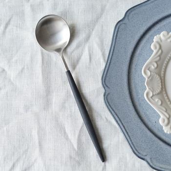 マットなステンレスがきれいなカトラリー専門メーカー「クチポール」のスプーン。こだわりのカレーを上品なスプーンでいただくのも素敵です。