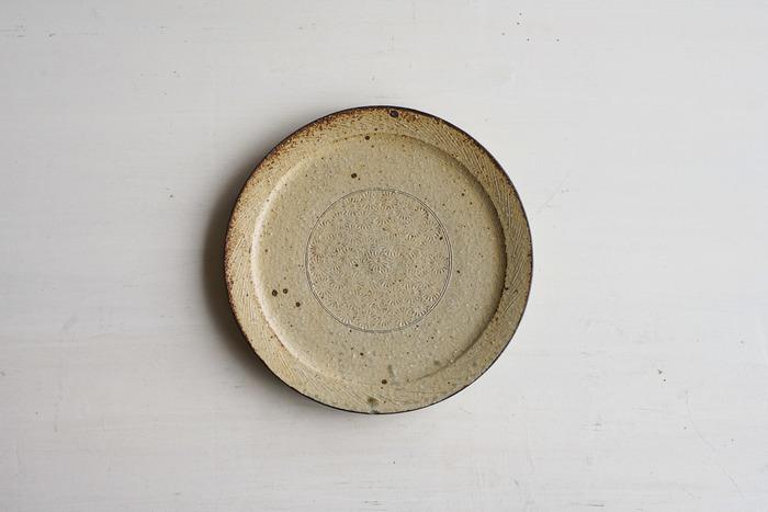 作家 戸津圭一郎さんの一皿。釉薬(ゆうやく)の一種である、灰釉(かいゆう)の色合いが、なんとも優しくぬくもりある印象。盛り付けたあとの余白から、しっかりと主役のカレーを引き立ててくれます。