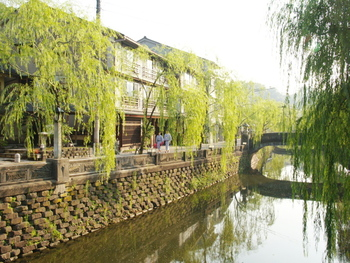 兵庫県豊岡市にある「城崎温泉」の開湯は平安時代、なんと1300年の歴史がある由緒ある温泉地です。風情のある温泉街の中には柳並木のある川が流れており、石造りの太鼓橋がかかっています。