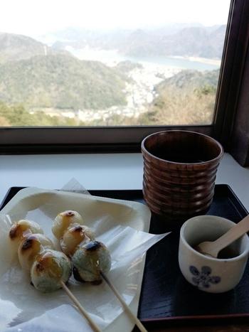 """山頂にある「みはらしカフェ茶屋」では、自分で炙ることのできる""""いろり団子""""が人気。じっくりと焼き目をつけてから、みたらしのタレを付けていただきましょう。"""