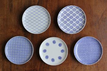 左上から時計回りに、引網、九曜、菊十、落葉、そして格子。こちらも東屋がてがける印判豆皿です。サイズも直径約12cmくらいなので、お皿の中でも登場回数が多いシリーズになると思います。和洋中選ばず乗せることができ、取り皿としても活躍してくれます。